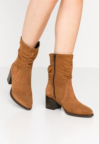 Tamaris - Classic ankle boots - muscat - 0