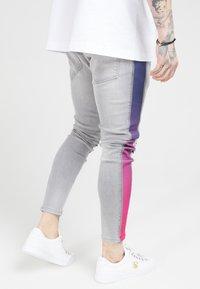 SIKSILK - LOW RISE FADE STRIPE BURST KNEE - Jeans Skinny Fit - grey - 4