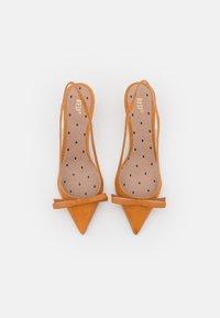 Red V - Classic heels - camel - 5