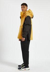 PULL&BEAR - MIT BAUCHTASCHE - Light jacket - yellow - 3