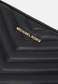 MICHAEL Michael Kors - JET LAPTOP CASE - Taška na laptop - black - 3