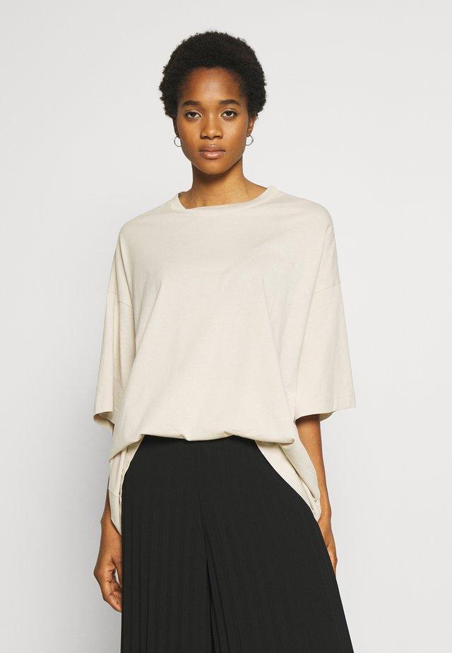 HUGE  - T-shirt basic - beige