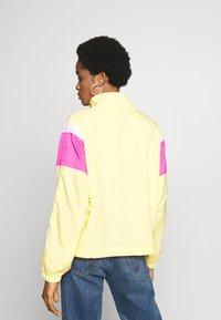 Nike Sportswear - LIGHTWEIGHT JACKET - Chaqueta fina - topaz gold/fire pink/white - 2