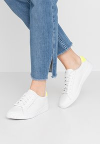 Keds - ACE - Sneakersy niskie - white/neon yellow - 0