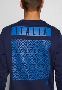 Puma - ITALIEN FIGC CULTURE CREW SWEATER - Sweatshirt - peacoat/team power blue - 6
