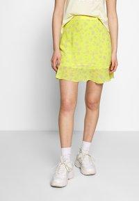 Calvin Klein Jeans - FLARE SKIRT - A-line skjørt - yellow grungy halftone grey floral - 0