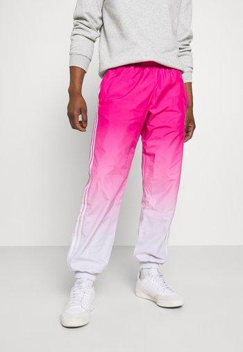 3D Turf OM TP ADICOLOR PRIMEBLUE ORIGINALS REGULAR TRACK PANTS - Pantaloni sportivi - halo blue/real magenta