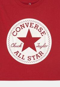 Converse - SIGNATURE CHUCK PATCH BOXY  - Camiseta estampada - enamel red - 2