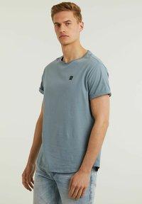 CHASIN' - Basic T-shirt - blue - 3