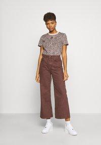 Nike Sportswear - PACK TEE - Print T-shirt - beige - 1