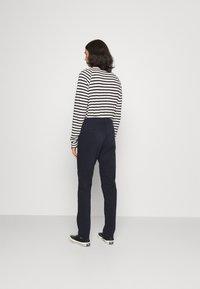 Nudie Jeans - EASY ALVIN - Chino kalhoty - dark midnight - 2