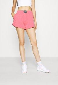 Nike Sportswear - WASH  - Shorts - sunset pulse/black - 0