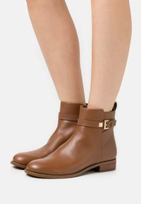 MICHAEL Michael Kors - FANNING BOOTIE - Classic ankle boots - luggage - 0