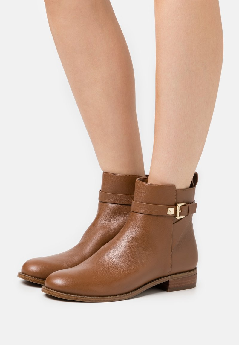 MICHAEL Michael Kors - FANNING BOOTIE - Classic ankle boots - luggage