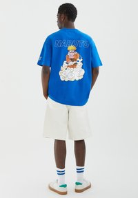 PULL&BEAR - NARUTO - Print T-shirt - light blue - 2