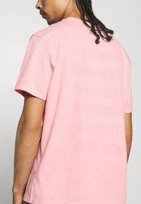 AllSaints - TONAL BRACKET CREW - Print T-shirt - washed puty/opal pink - 5