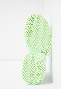 adidas Performance - SOLEMATCH BOUNCE - Zapatillas de tenis para todas las superficies - footwear white/glow green - 4