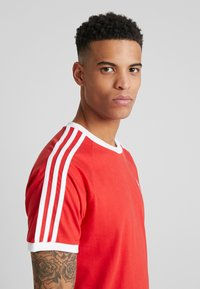 adidas Originals - 3 STRIPES TEE UNISEX - T-shirt z nadrukiem - lush red - 3
