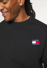 Tommy Jeans - BADGE CREW UNISEX - Felpa - black - 5