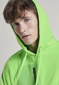 TOM TAILOR DENIM - STRICK & SWEATSHIRTS OVERSIZED KAPUZENSWEATER - Hoodie - neon lime green - 3