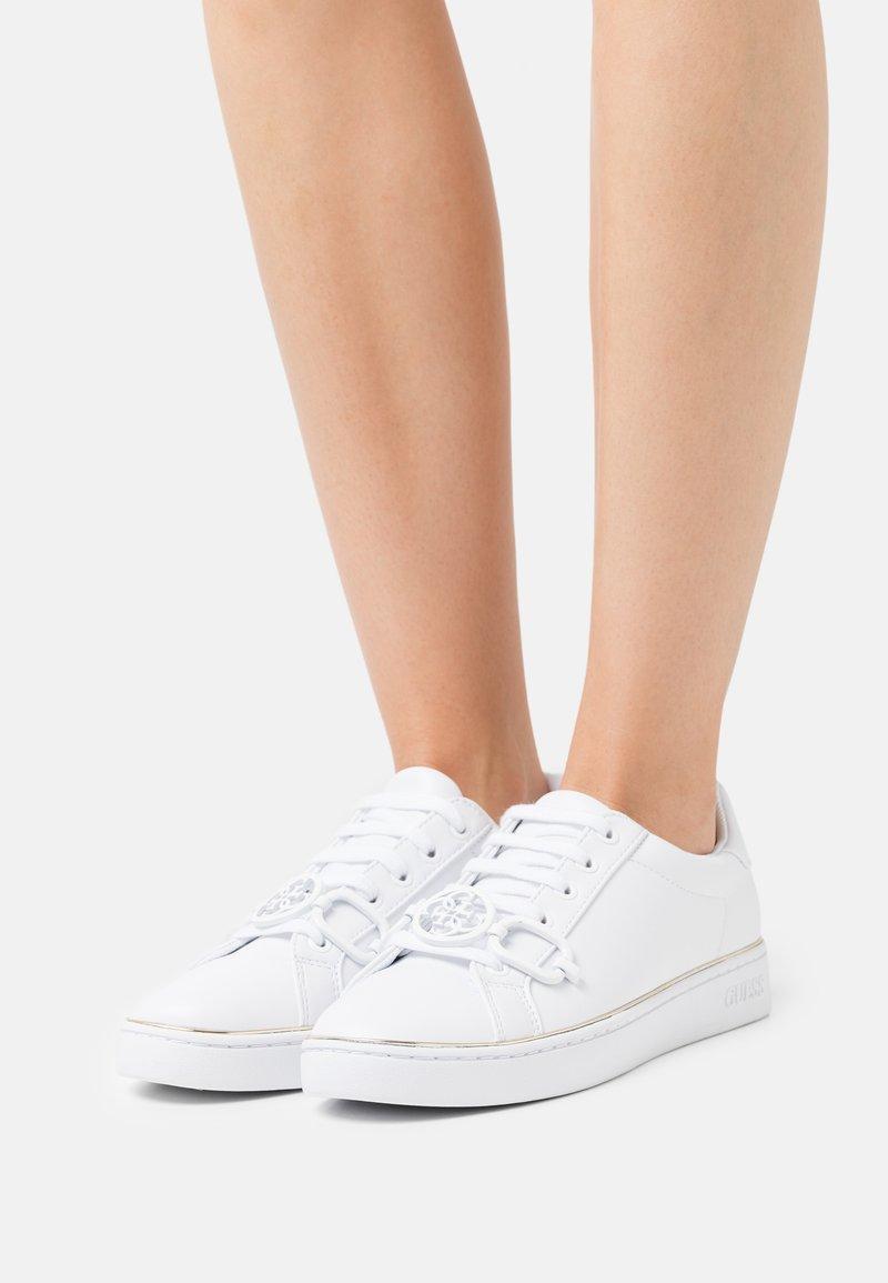 Guess - BABEE - Joggesko - white