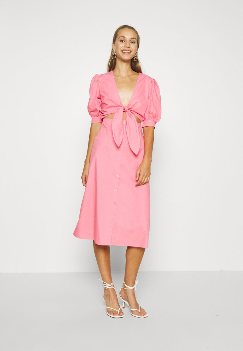 NA-KD - HOSS X FRONT TWIST DRESS - Cocktailkleid/festliches Kleid - pink