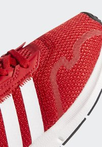 adidas Originals - SWIFT RUN X SHOES - Tenisky - scarlet/ftwr white/core black - 7