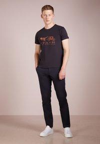 Coach - REXY AND CARRIAGE  - Print T-shirt - black - 1