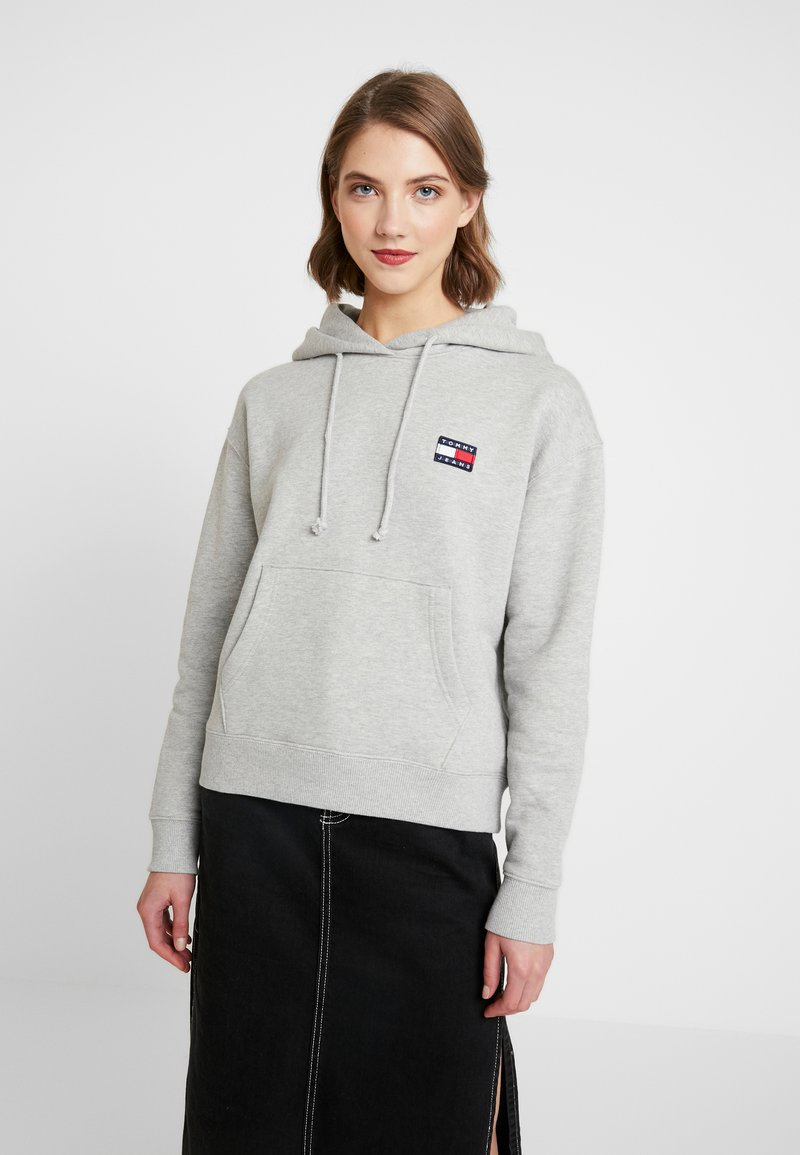 Tommy Jeans - BADGE HOODIE - Sweat à capuche - grey