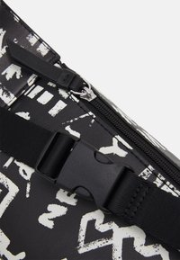 DKNY - TILLY BELT BAG GRAFFITI - Heuptas - black - 3
