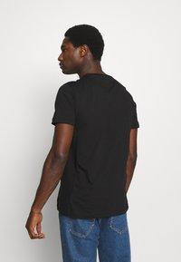 Tommy Hilfiger - MODERN ESSENTIALS PANELED TEE - T-shirt - bas - black - 2