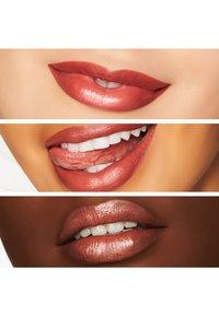 MAC - SATIN LIPSTICK - Rouge à lèvres - mocha - 1