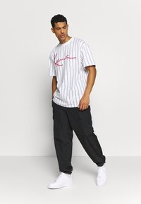 Karl Kani - SIGNATURE PINSTRIPE TEE - Print T-shirt - white/black/red - 1