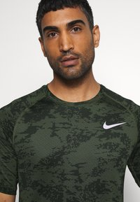 Nike Performance - SLIM  - Camiseta estampada - medium olive/white - 3
