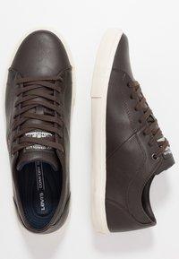 Levi's® - WOODS - Sneakers basse - dark brown - 1