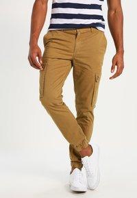 YOURTURN - Pantaloni cargo - camel - 0