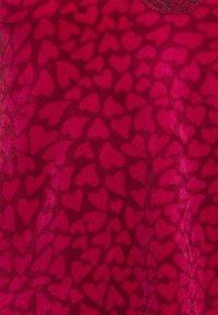 Hunkemöller - CAMI SCALLOP HEARTS - Pyjama top - rumba red - 5