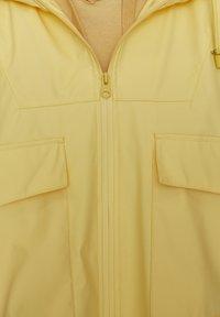 PULL&BEAR - MIT KAPUZE UND TASCHEN - Vodotěsná bunda - yellow - 5