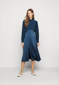 Victoria Victoria Beckham - BUTTON FRONT MIDI DRESS - Abito a camicia - blue slate - 0
