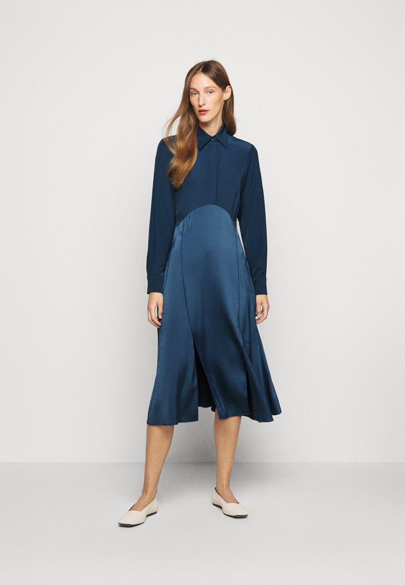 Victoria Victoria Beckham - BUTTON FRONT MIDI DRESS - Abito a camicia - blue slate