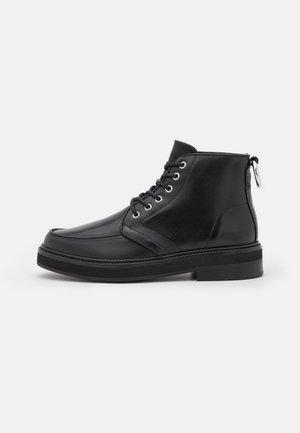 SHOES - Botines con cordones - black