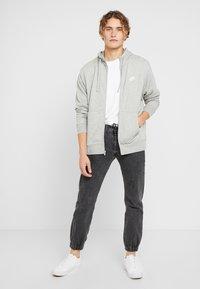 Nike Sportswear - M NSW FZ FT - Tröja med dragkedja - grey heather/matte silver/white - 1