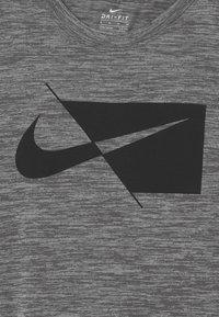Nike Sportswear - PERFORMANCE UNISEX - T-shirts med print - smoke gray heather - 2