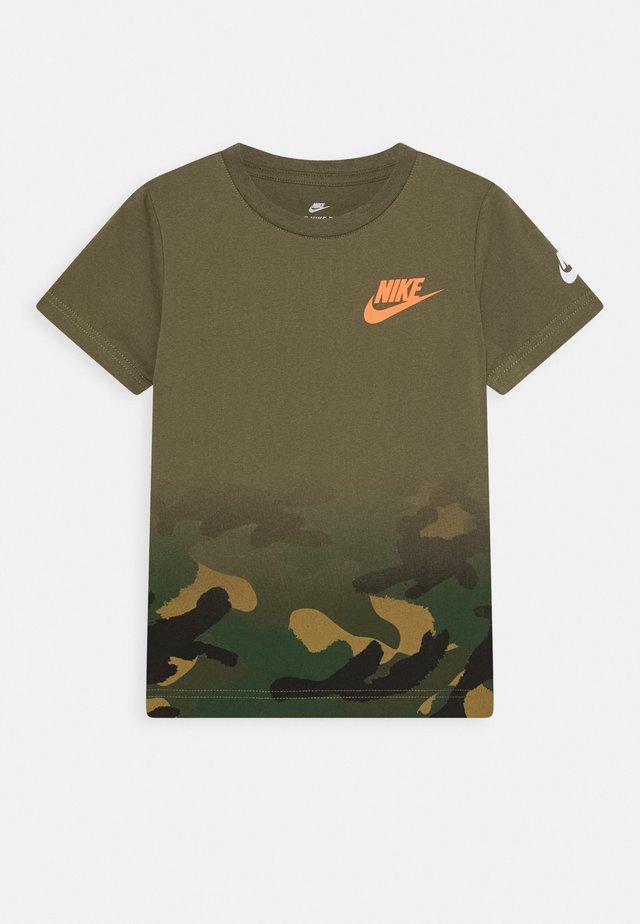 TEXTURED CAMO MIDWAY TEE - Print T-shirt - medium olive