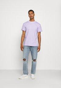 Mennace - ON THE RUN TAB REGULAR - T-shirt med print - lilac - 1