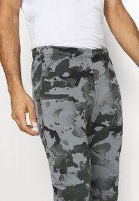Nike Performance - Pantaloni sportivi - black/grey fog - 4