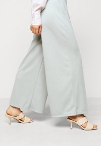 ONLY Petite - ONLLAYLA WIDE PANTS  - Kalhoty - light grey melange - 3
