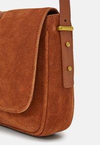 Zign - LEATHER - Across body bag - cognac - 3