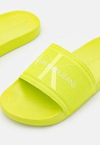 Calvin Klein Jeans - SLIDE MONOGRAM  - Pantofle - acid lime - 5