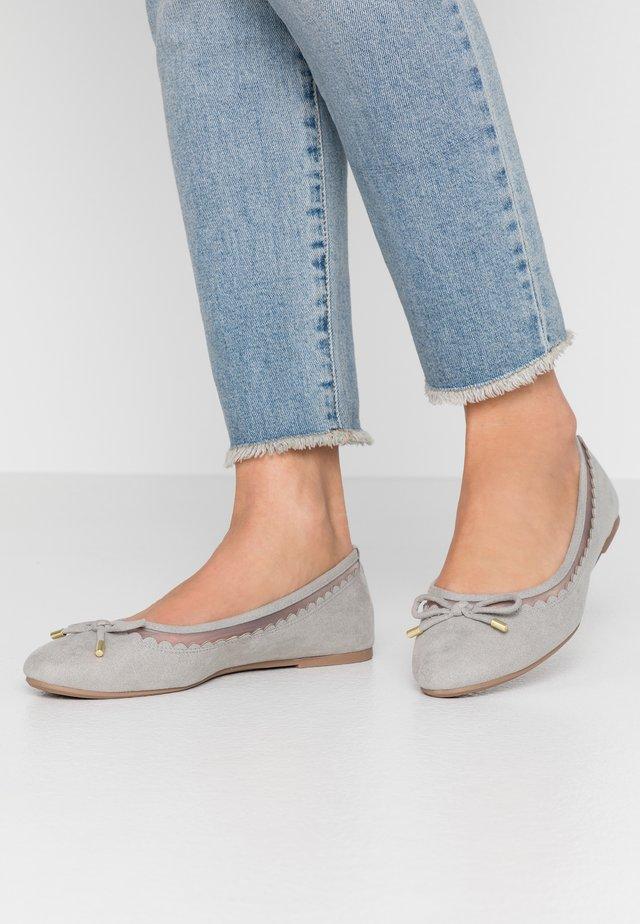 WIDE FIT PIPPASCALLOP ROUND TOE  - Ballet pumps - grey